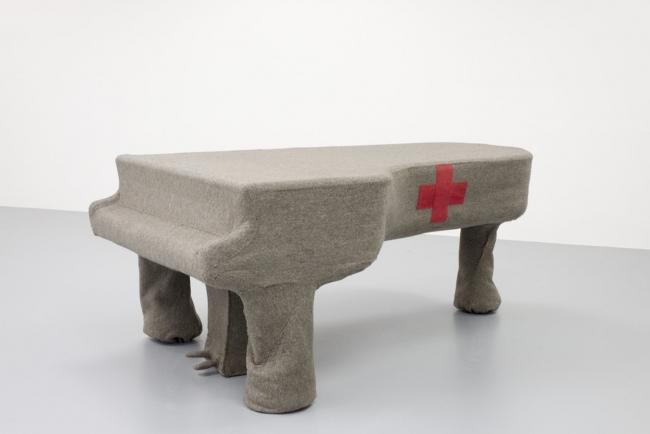 Joseph-Beuys_Infiltration-homogène-pour-piano-à-queue_1966_photo_MUHKA