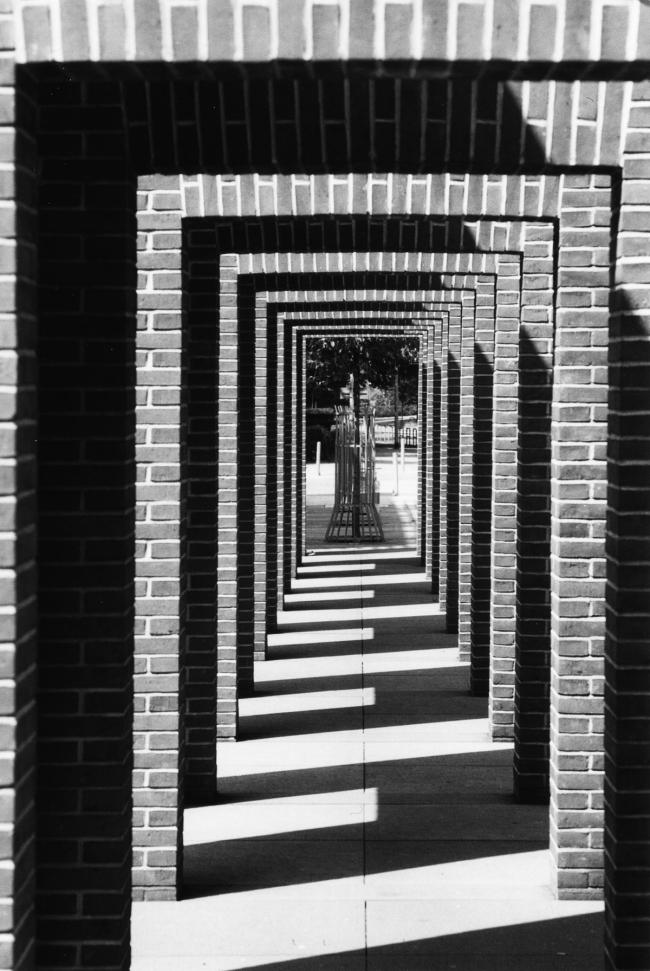Sculpture-de-briques-PIER-KIRKEBY_Bibliothèque-nationale-de-Francfort